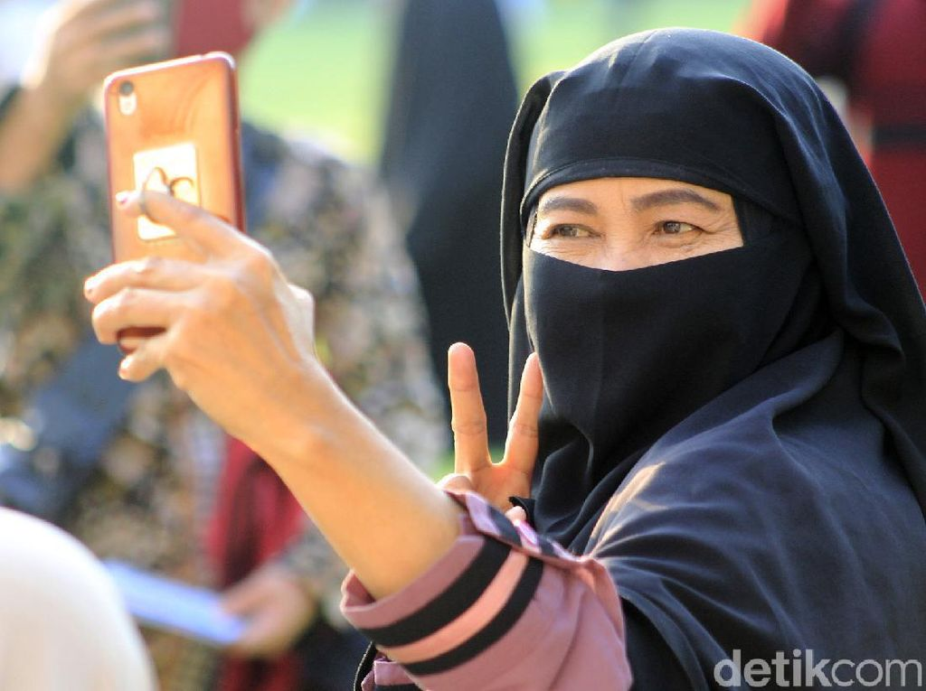 Usai Salat Idul Adha, Warga Ramai-ramai Selfie di Alun-alun Kota Bandung