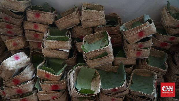 Penggunaan besek sebagai wadah daging dilakukan oleh sejumlah panitia pelaksana kurban di Kota Bandung, Jumat (31/7). Seperti yang dilaksanakan di Masjid Al-Lathiif Jalan Saninten, Kecamatan Bandung Wetan. Panitia setempat menggunakan anyaman bambu tersebut saat membagikan daging kurban.