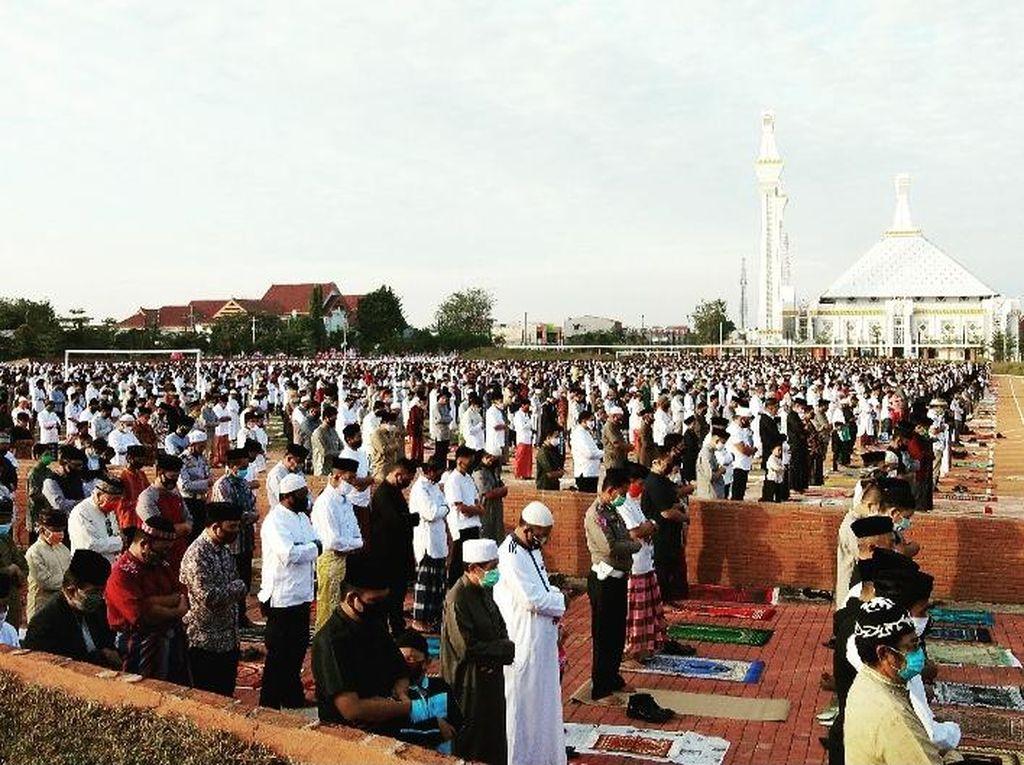 Warga Gowa Salat Idul Adha di Lapangan Syekh Yusuf, Jaga Jarak-Pakai Masker