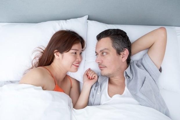 Pillow talk adalah percakapan intim, terbuka, dan apa adanya antar pasangan.