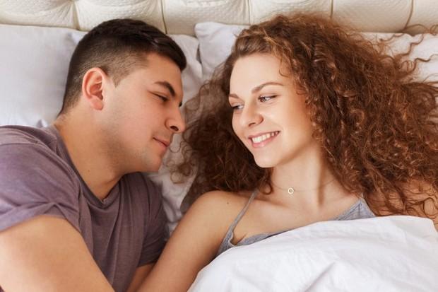 Berbicara dari hati ke hati apa adanya dapat membuat kedua pasangan merasa dapat meningkatkan kepekaan dan rasa cinta satu sama lain.