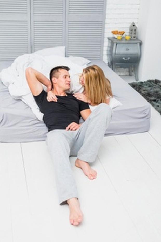 Pillow Talk bisa membantu meningkatkan oksitosin, atau hormon cinta dan kasih sayang.