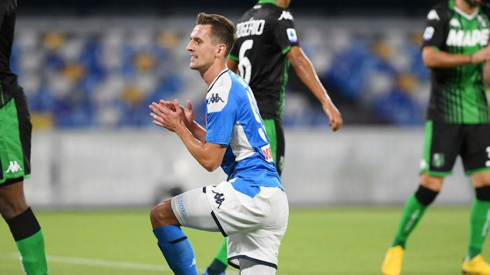 NAPLES, ITALY - JULY 25: Arkadiusz Milik of SSC Napoli stands disappointed during the Serie A match between SSC Napoli and  US Sassuolo at Stadio San Paolo on July 25, 2020 in Naples, Italy. (Photo by Francesco Pecoraro/Getty Images)