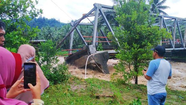 Banjir bandang menghanyutkan sedikitnya 29 unit rumah di Kabupaten Bolaang Mongondow Selatan (Bolsel), Provinsi Sulawesi Utara, Sabtu (1/8). Selain itu, sebanyak 64 rumah dan satu jembatan rusak berat diterjang banjir.