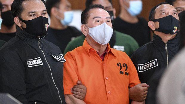 Terpidana kasus korupsi pengalihan hak tagih (cessie) Bank Bali Djoko Tjandra (tengah) dibawa petugas Kepolisian saat penandatanganan berita acara penyerahterimaan kepada Kejaksaan Agung di kantor Bareskrim Mabes Polri, Jakarta, Jumat (31/7/2020).Bareskrim Polri resmi menyerahkan terpidana Djoko Soegiarto Tjandra yang buron selama sebelas tahun tersebut ke Kejaksaan Agung. ANTARA FOTO/M Risyal Hidayat/wsj.
