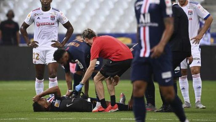 Paris Saint-Germains Brazilian defender Thiago Silva (down) is tretaed by medical staff after being fouled during the French League Cup final football match between Paris Saint-Germain vs Olympique Lyonnais at the Stade de France in Saint-Denis on July 31, 2020. (Photo by FRANCK FIFE / AFP)