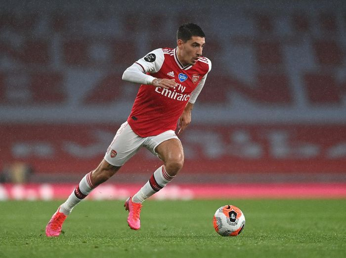 LONDON, ENGLAND - JULY 07:  Hector Bellerin of Arsenal runs with the ball during the Premier League match between Arsenal FC and Leicester City at Emirates Stadium on July 07, 2020 in London, England. Football Stadiums around Europe remain empty due to the Coronavirus Pandemic as Government social distancing laws prohibit fans inside venues resulting in all fixtures being played behind closed doors. (Photo by Shaun Botterill/Getty Images)