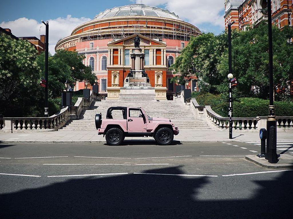 Jeep Wrangler yang Macho Berubah Jadi Imut dengan Sentuhan Warna Pink