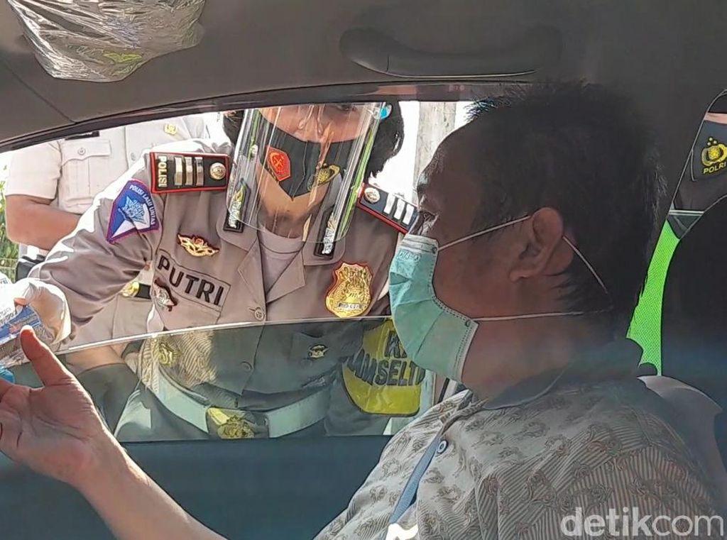 Operasi Patuh di Brebes, Pemudik Diberi Oleh-oleh Telur Asin