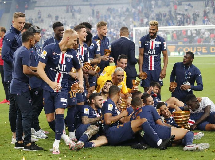 PSGs players celebrate after winning the French League Cup soccer final match between Paris Saint Germain and Lyon at Stade de France stadium, in Saint Denis, north of Paris, Friday, July 31, 2020. (AP Photo/Francois Mori)