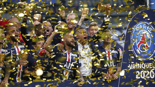 PSG's players celebrate after winning the French League Cup soccer final match between Paris Saint Germain and Lyon at Stade de France stadium, in Saint Denis, north of Paris, Friday, July 31, 2020. (AP Photo/Francois Mori)