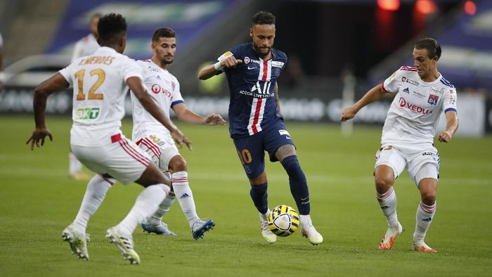 PSGs Neymar, centre, controls the ball during the French League Cup soccer final match between Paris Saint Germain and Lyon at Stade de France stadium, in Saint Denis, north of Paris, Friday, July 31, 2020. (AP Photo/Francois Mori)