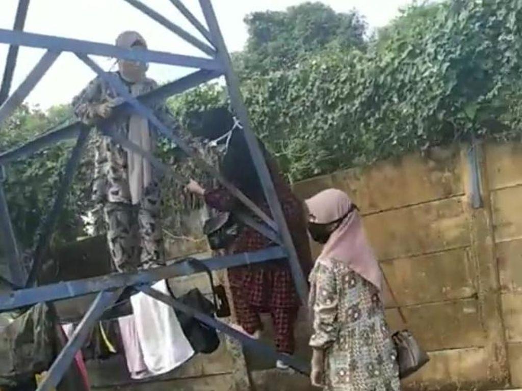 3 Anak Perempuan Panjat Tower Demi Ziarahi Ibu di Makam Corona