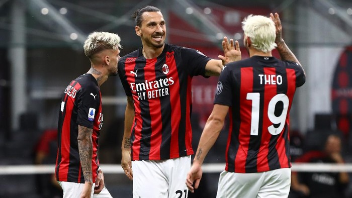 MILAN, ITALY - AUGUST 01:  Zlatan Ibrahimovic (L) of AC Milan celebrates after scoring the second goal of his team with his team-mate Theo Hernandez (R) during the Serie A match between AC Milan and Cagliari Calcio at Stadio Giuseppe Meazza on August 1, 2020 in Milan, Italy.  (Photo by Marco Luzzani/Getty Images)