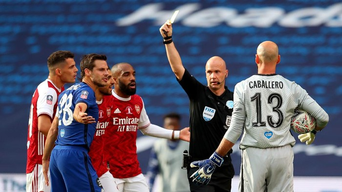 LONDON, ENGLAND - AUGUST 01: Cesar Azpilicueta of Chelsea is shown the yellow by the match referee Anthony Taylor  during the Heads Up FA Cup Final match between Arsenal and Chelsea at Wembley Stadium on August 01, 2020 in London, England. Football Stadiums around Europe remain empty due to the Coronavirus Pandemic as Government social distancing laws prohibit fans inside venues resulting in all fixtures being played behind closed doors. (Photo by Catherine Ivill/Getty Images)