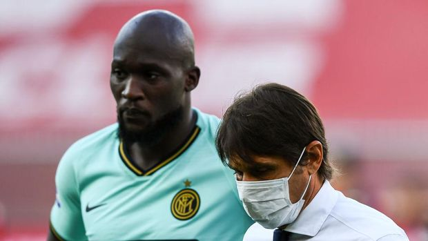 GENOA, ITALY - JULY 25: Romelu Lukaku of Inter (left) and Antonio Conte coach of Inter before the Serie A match between Genoa CFC and  FC Internazionale at Stadio Luigi Ferraris on July 25, 2020 in Genoa, Italy. (Photo by Paolo Rattini/Getty Images)