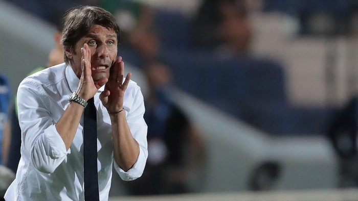 BERGAMO, ITALY - AUGUST 01:  FC Internazionale coach Antonio Conte issues instructions to his players during the Serie A match between Atalanta BC and FC Internazionale at Gewiss Stadium on August 1, 2020 in Bergamo, Italy.  (Photo by Emilio Andreoli/Getty Images)