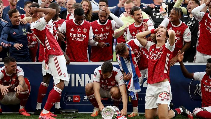 LONDON, ENGLAND - AUGUST 01: Pierre-Emerick Aubameyang of Arsenal drops the FA Cup Trophy before lifting it with his team mates after their victory in the Heads Up FA Cup Final match between Arsenal and Chelsea at Wembley Stadium on August 01, 2020 in London, England. Football Stadiums around Europe remain empty due to the Coronavirus Pandemic as Government social distancing laws prohibit fans inside venues resulting in all fixtures being played behind closed doors. (Photo by Catherine Ivill/Getty Images)