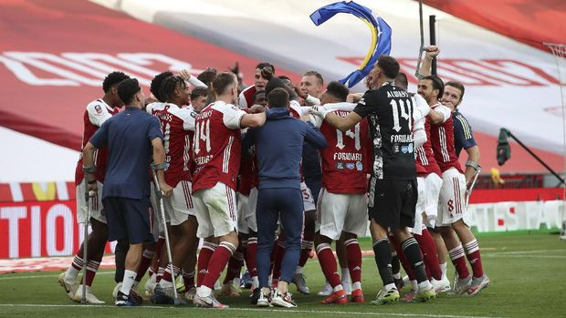 Arsenal players celebrate after winning the FA Cup final soccer match between Arsenal and Chelsea at Wembley stadium in London, England, Saturday, Aug. 1, 2020. (Adam Davy/Pool via AP)