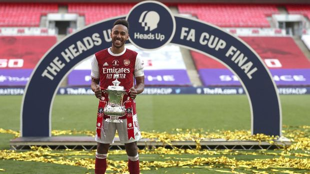 Arsenal's Pierre-Emerick Aubameyang poses with the trophy after the FA Cup final soccer match between Arsenal and Chelsea at Wembley stadium in London, England, Saturday, Aug.1, 2020. (Catherine Ivill/Pool via AP)