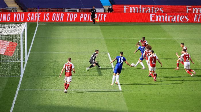 LONDON, ENGLAND - AUGUST 01: Christian Pulisic of Chelsea scores his sides first goal during the Heads Up FA Cup Final match between Arsenal and Chelsea at Wembley Stadium on August 01, 2020 in London, England. Football Stadiums around Europe remain empty due to the Coronavirus Pandemic as Government social distancing laws prohibit fans inside venues resulting in all fixtures being played behind closed doors. (Photo by Adam Davy/Pool via Getty Images)