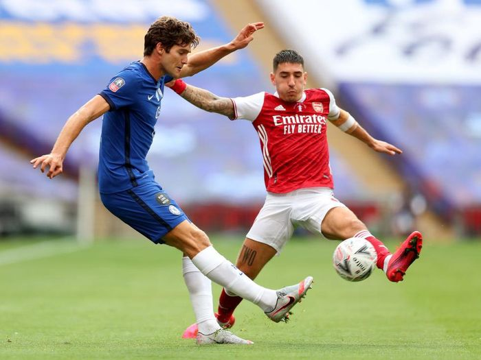 LONDON, ENGLAND - AUGUST 01: Marcos Alonso of Chelsea  battles for possession with  Hector Bellerin of Arsenal  during the Heads Up FA Cup Final match between Arsenal and Chelsea at Wembley Stadium on August 01, 2020 in London, England. Football Stadiums around Europe remain empty due to the Coronavirus Pandemic as Government social distancing laws prohibit fans inside venues resulting in all fixtures being played behind closed doors. (Photo by Catherine Ivill/Getty Images)