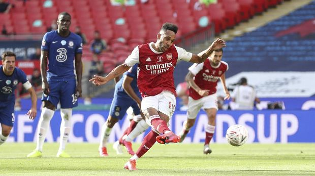 Arsenal's Pierre-Emerick Aubameyang scores his side's first goal from the penalty spot, during the FA Cup final soccer match between Arsenal and Chelsea at Wembley stadium in London, England, Saturday, Aug.1, 2020. (Catherine Ivill/Pool via AP)