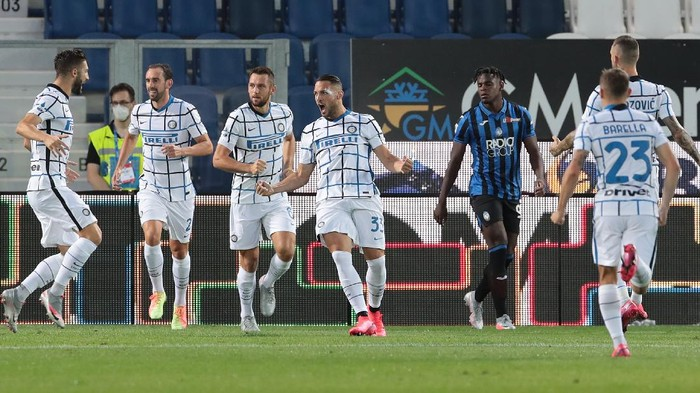 BERGAMO, ITALY - AUGUST 01:  Danilo D Ambrosio of FC Internazionale celebrates with his team-mates after scoring the opening goal during the Serie A match between Atalanta BC and FC Internazionale at Gewiss Stadium on August 1, 2020 in Bergamo, Italy.  (Photo by Emilio Andreoli/Getty Images)