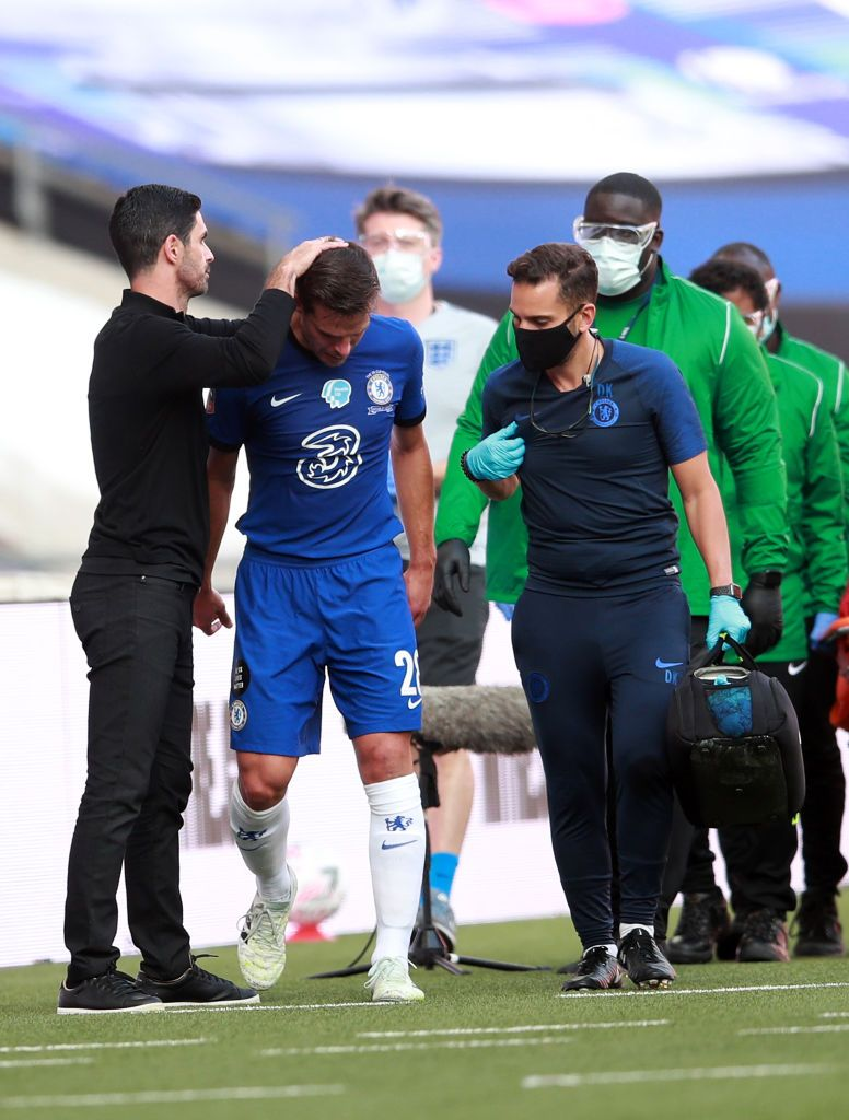 LONDON, ENGLAND - AUGUST 01: Cesar Azpilicueta of Chelsea walks off the pitch injured by medical staff during the Heads Up FA Cup Final match between Arsenal and Chelsea at Wembley Stadium on August 01, 2020 in London, England. Football Stadiums around Europe remain empty due to the Coronavirus Pandemic as Government social distancing laws prohibit fans inside venues resulting in all fixtures being played behind closed doors. (Photo by Adam Davy/Pool via Getty Images)