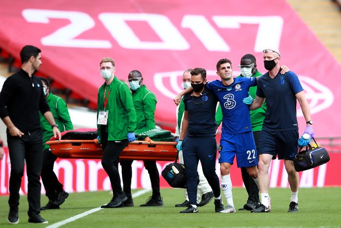 LONDON, ENGLAND - AUGUST 01: Christian Pulisic of Chelsea walks off the pitch injured with medical staff during the Heads Up FA Cup Final match between Arsenal and Chelsea at Wembley Stadium on August 01, 2020 in London, England. Football Stadiums around Europe remain empty due to the Coronavirus Pandemic as Government social distancing laws prohibit fans inside venues resulting in all fixtures being played behind closed doors. (Photo by Adam Davy/Pool via Getty Images)