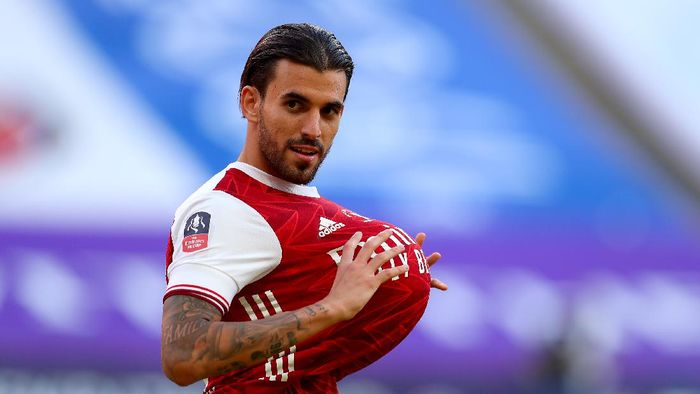 LONDON, ENGLAND - AUGUST 01: Dani Ceballos of Arsenal looks on with the ball under his shirt during the Heads Up FA Cup Final match between Arsenal and Chelsea at Wembley Stadium on August 01, 2020 in London, England. Football Stadiums around Europe remain empty due to the Coronavirus Pandemic as Government social distancing laws prohibit fans inside venues resulting in all fixtures being played behind closed doors. (Photo by Catherine Ivill/Getty Images)