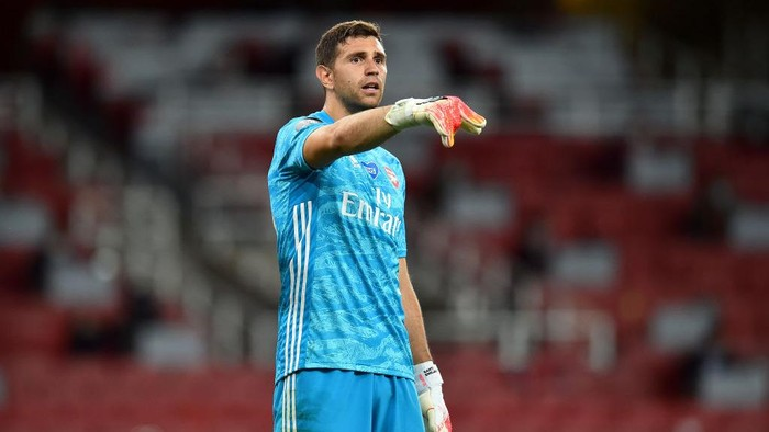 LONDON, ENGLAND - JULY 15: Emiliano Martinez of Arsenal gives his teammates instructions during the Premier League match between Arsenal FC and Liverpool FC at Emirates Stadium on July 15, 2020 in London, England. Football Stadiums around Europe remain empty due to the Coronavirus Pandemic as Government social distancing laws prohibit fans inside venues resulting in all fixtures being played behind closed doors. (Photo by Glyn Kirk/Pool via Getty Images)