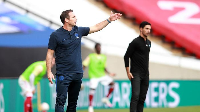 LONDON, ENGLAND - AUGUST 01: Frank Lampard, Manager of Chelsea  gives his team instructions  during the Heads Up FA Cup Final match between Arsenal and Chelsea at Wembley Stadium on August 01, 2020 in London, England. Football Stadiums around Europe remain empty due to the Coronavirus Pandemic as Government social distancing laws prohibit fans inside venues resulting in all fixtures being played behind closed doors. (Photo by Adam Davy/Pool via Getty Images)