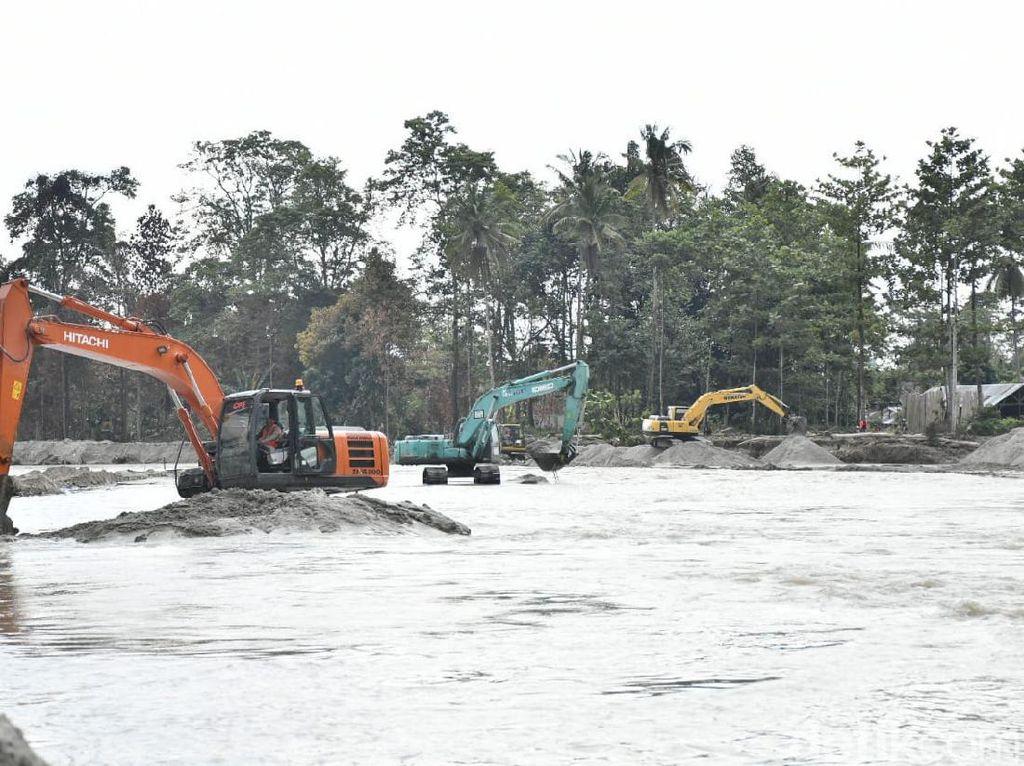 Imbas Banjir, Belasan Alat Berat Dikerahkan untuk Normalisasi Sungai Masamba