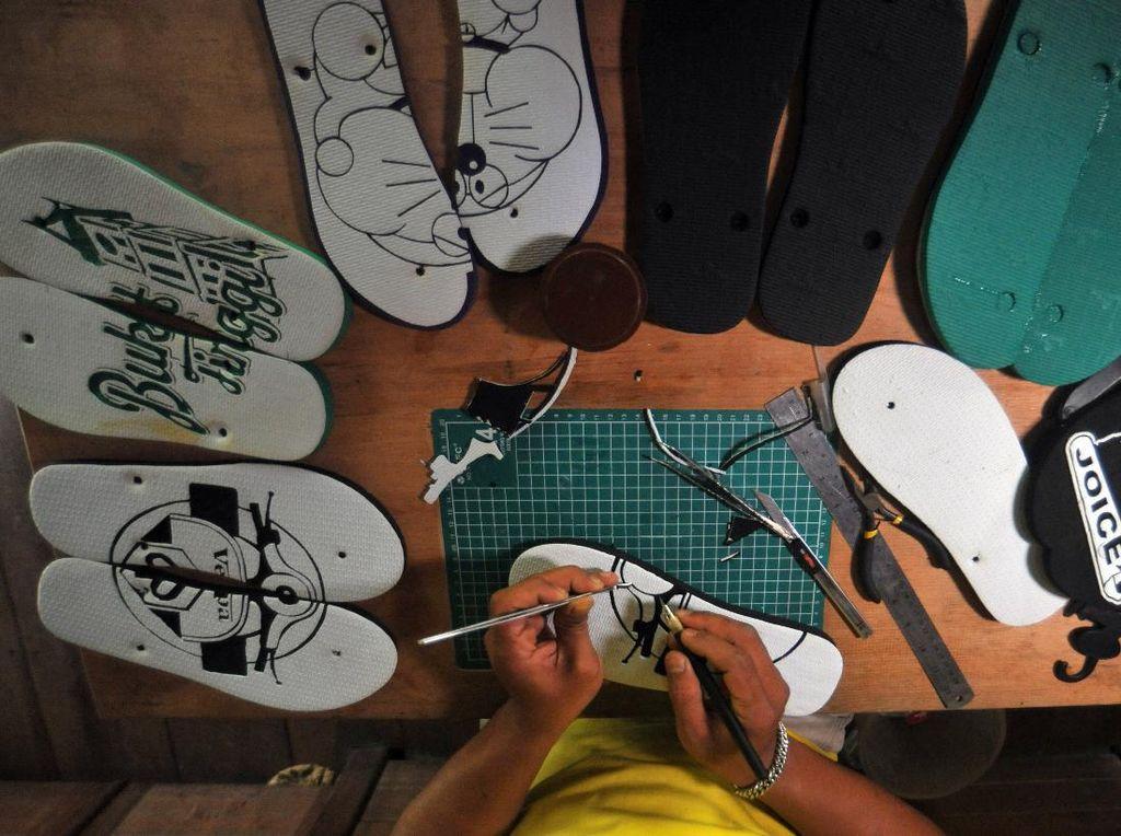 Keren! Perajin Ini Sulap Sandal Jepit Jadi Souvenir Bernilai Jutaan