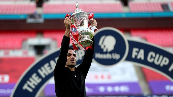 LONDON, ENGLAND - AUGUST 01: Mikel Arteta, Manager of Arsenal lifts the FA Cup Trophy after his teams victory in the Heads Up FA Cup Final match between Arsenal and Chelsea at Wembley Stadium on August 01, 2020 in London, England. Football Stadiums around Europe remain empty due to the Coronavirus Pandemic as Government social distancing laws prohibit fans inside venues resulting in all fixtures being played behind closed doors. (Photo by Catherine Ivill/Getty Images)