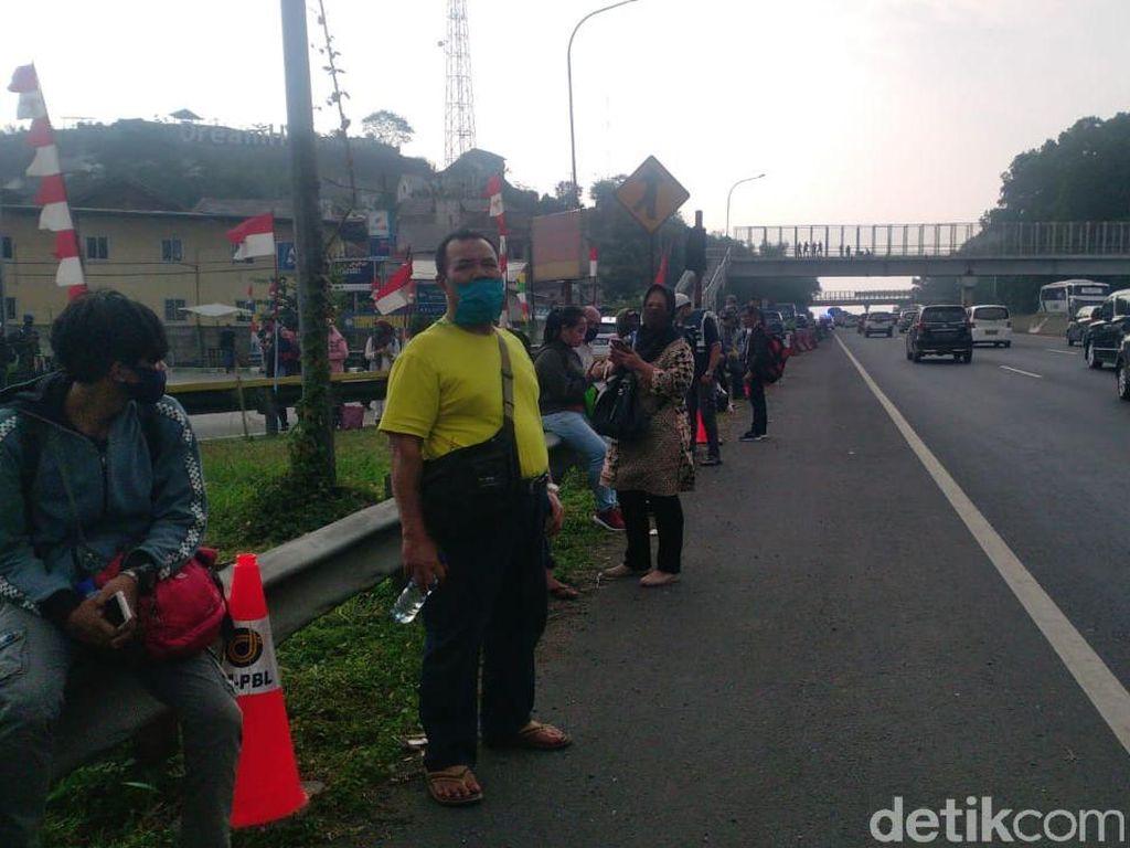 Tak Kebagian Bus, Sejumlah Pemudik Terlantar di KM 125 Tol Purbaleunyi