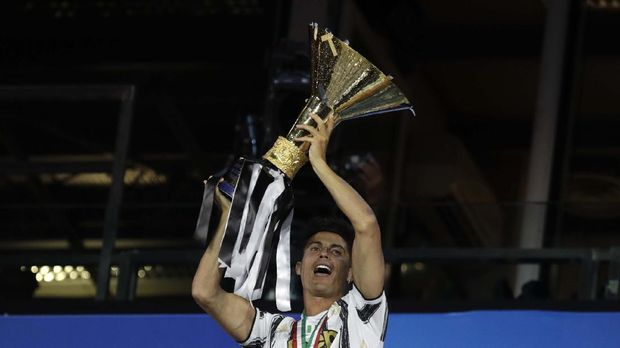 Juventus' Cristiano Ronaldo holds up the trophy as Juventus players celebrate winning an unprecedented ninth consecutive Italian Serie A soccer title, at the end of the a Serie A soccer match between Juventus and Roma, at the Allianz stadium in Turin, Italy, Saturday, Aug.1, 2020. (AP Photo/Luca Bruno)