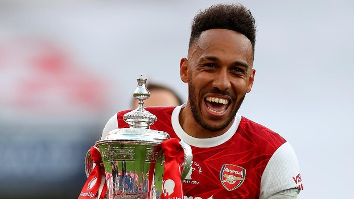 LONDON, ENGLAND - AUGUST 01: Pierre-Emerick Aubameyang of Arsenal picks up the FA Cup Trophy  after his teams victory in the Heads Up FA Cup Final match between Arsenal and Chelsea at Wembley Stadium on August 01, 2020 in London, England. Football Stadiums around Europe remain empty due to the Coronavirus Pandemic as Government social distancing laws prohibit fans inside venues resulting in all fixtures being played behind closed doors. (Photo by Catherine Ivill/Getty Images)