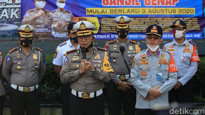 Petugas kepolisian gelar sosialisasi pelaksanaan ganjil-genap di Bundaran HI, Jakarta. Diketahui, ganjil-genap kembali diberlakukan mulai Senin (3/8) besok.