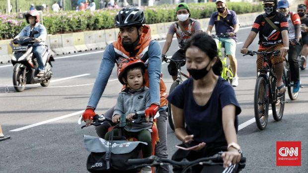 Pemerintah DKI Jakarta belum kembali memusatkan car free day di sepanjang jalan protokol Sudirman-Thamrin Jakarta. Minggu (2/8/2020). Walau CFD masih di tiadakan, warga tetap melakukan aktivitas olahraga bersepeda dan jalan kaki. CNN Indonesia/Andry Novelino