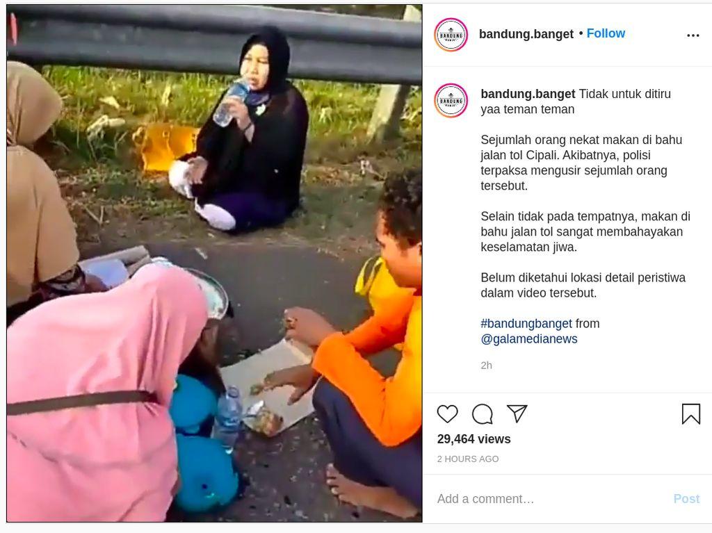 Duh, Keluarga Ini Kok Makan-makan di Bahu Jalan Tol Sih?
