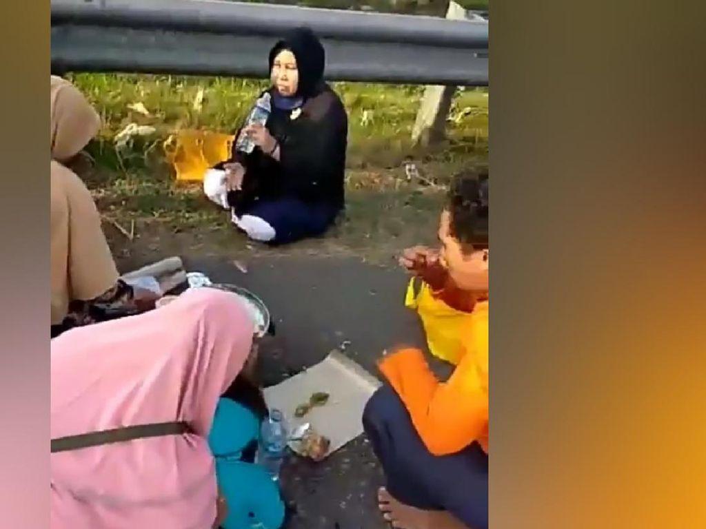Ada Keluarga Makan-makan di Bahu Jalan Tol, Ini Bahayanya!