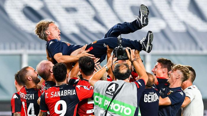 GENOA, ITALY - AUGUST 02: Davide Nicola coach of Genoa is lifted up by his players in celebration after the Serie A match between Genoa CFC and  Hellas Verona at Stadio Luigi Ferraris on August 2, 2020 in Genoa, Italy. (Photo by Paolo Rattini/Getty Images)