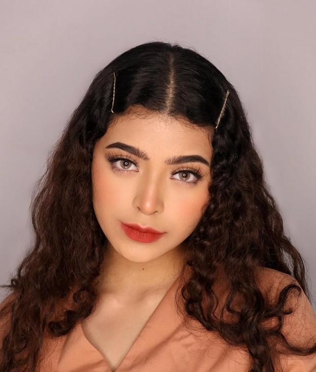 Koleksi foto sosok cantik Jharna Bhagwani beauty influencer yang jago banget makeup.