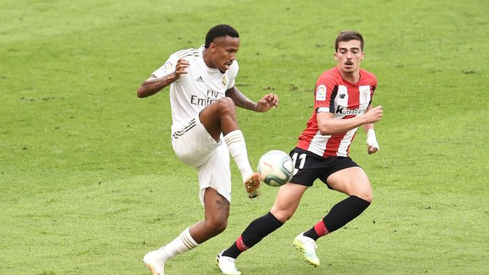 BILBAO, SPAIN - JULY 05: Eder Militao of Real Madrid controls the ball under pressure from Inigo Cordoba of Athletic Club during the La Liga match between Athletic Club and Real Madrid CF at San Mames Stadium on July 05, 2020 in Bilbao, Spain. Football Stadiums around Europe remain empty due to the Coronavirus Pandemic as Government social distancing laws prohibit fans inside venues resulting in all fixtures being played behind closed doors. (Photo by Juan Manuel Serrano Arce/Getty Images)