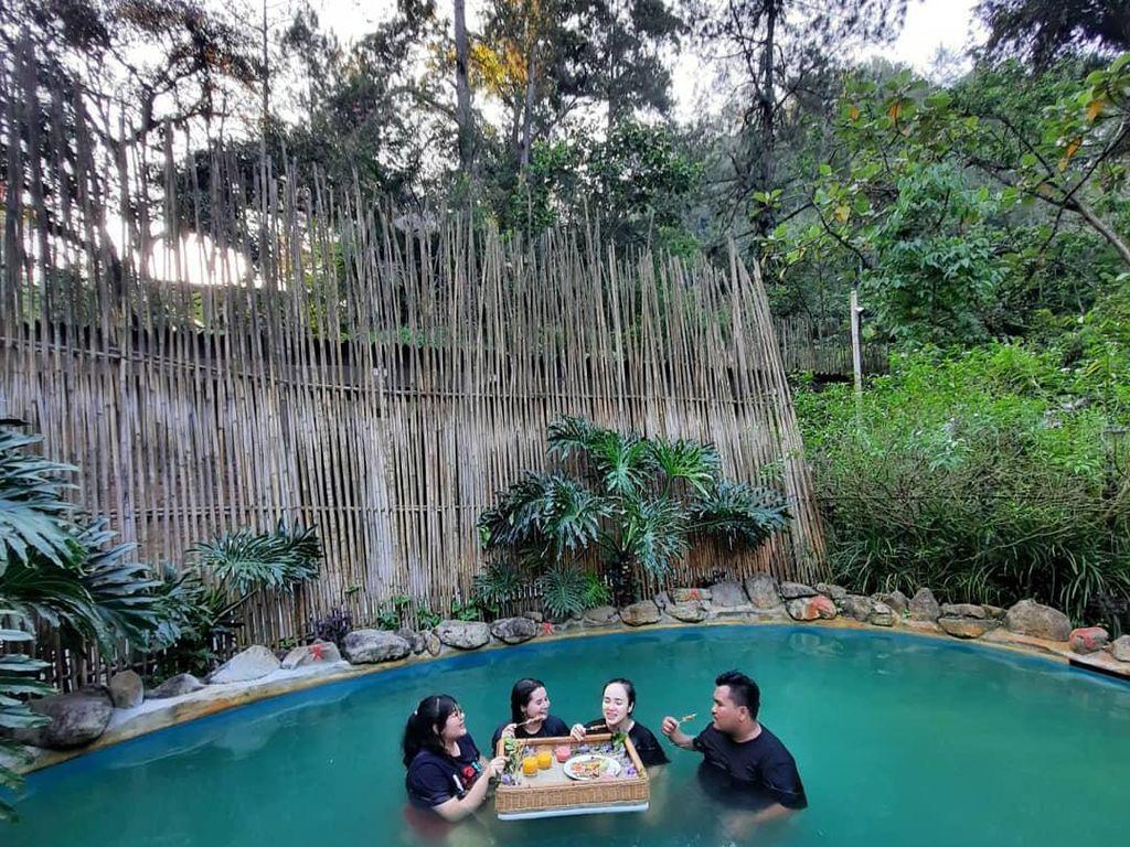 Celebrity On Vacation: Santap Sate sambil Berendam Air Hangat di Lembang