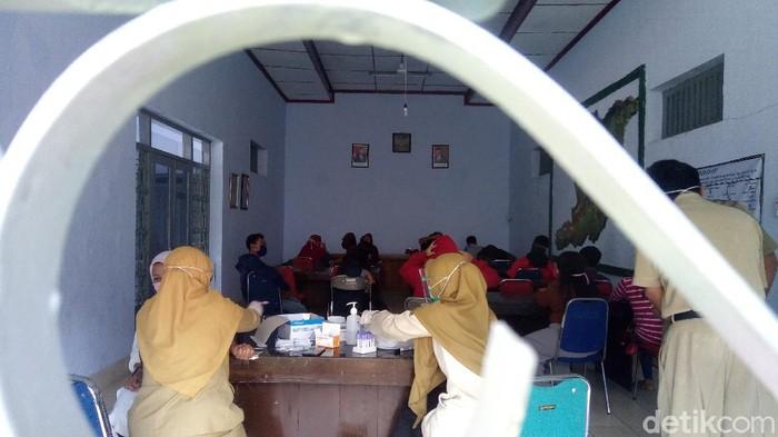 Penghuni kos yang digerebek terkait prostitusi dites HIV AIDS di kantor Satpol PP Banjarnegara, Senin (3/8/2020).