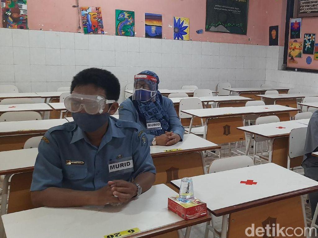 3.127 Guru SD/SMP di Surabaya Diswab Sebelum Sekolah Tatap Muka, Hasilnya?