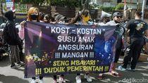 Spanduk dan Poster Jeritan Pekerja Malam di Surabaya